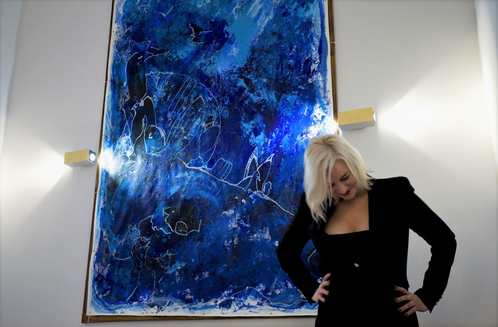 Kim Okura in front of her artwork BIG BLUE at VCA Vienna City Apartments™