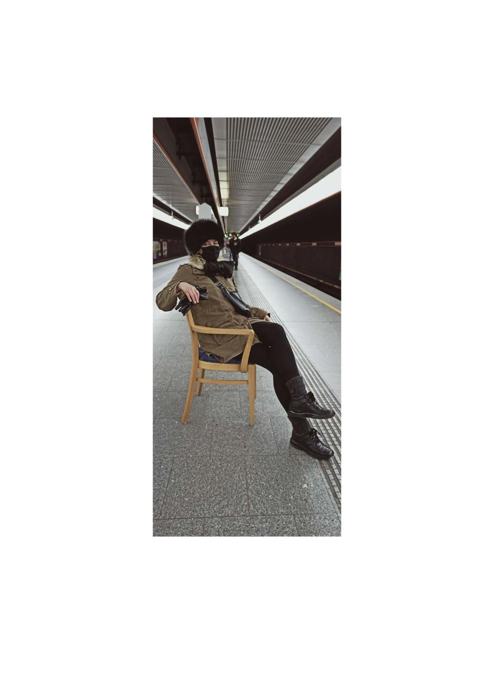 Kim Okura U-Bahn Chairing Projekt Wienliebe underground performance chairing coram publico 2021
